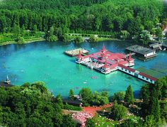 Je veľké, teplé a hlavne, máme ho len na skok. Jazero v susednom Maďarsku je skvelou destináciou vašej letnej, ale hlavne zimnej dovolenky. Je to totiž druhé najväčšie termálne jazero na svete, ktoré si najviac užijete počas mrazivých zimných dní, kedy vás krásne zohreje a poskytne vám relax vo svojich termálnych liečivých vodách