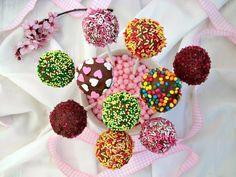 Prepariamo dei golosi Cake pops al cioccolato! Facili da preparare e moto versatili queste piccole porzioni di torta piacciono a grandi e bambini!