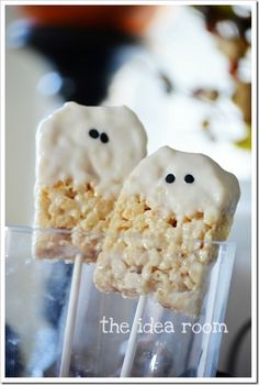Ghost Rice Krispie Treats are the perfect DIY Halloween dessert. Package them individually as treats for trick-or-treat or have them out for dessert at your Halloween party. Halloween Snacks, Halloween Goodies, Halloween Ghosts, Halloween Party, Halloween Rice Krispy Treats, Halloween Tips, Halloween Baking, Happy Halloween, Rice Krispie Bars
