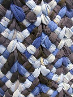 Kasuri évoque les textiles japonais fabriqués selon la technique du Ikat (fils teints avec des réserves puis tissés pour former des motifs). Ici, ce sont des tee-shirts usés, découpés qui ont été tressés en bandes avant d'être assemblées: