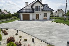 Płyty brukowe Novator Piano w kolorze wapień dewoński Front Garden Ideas Driveway, Driveway Design, Dream Home Design, My Dream Home, House Design, Stone Patio Designs, House Outside Design, Back Garden Design, Dream House Exterior