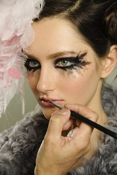 Runway Beauty: Gothic Smudgy Eye at Chanel Spring 2013 Couture – Makeup For Life Couture Makeup, Chanel Couture, Chanel Runway, Couture Fashion, Paris Fashion, Chanel Fashion, Winter Makeup, Summer Makeup, Cafe Makeup