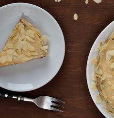A legendás mandulatorta házi változata, ami ráadásul gluténmentes is, mivel a lisztet a tésztában az őrölt mandula helyettesíti. Pie, Desserts, Food, Torte, Tailgate Desserts, Cake, Deserts, Fruit Cakes, Essen