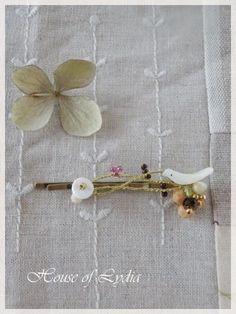 真鍮のヘアピンに ことりと花をポイントにしてワイヤーワークで繋ぎました。小鳥と小さな白い花は シェルで出来ています。どちらも固定しています。花のビーズにひと粒...|ハンドメイド、手作り、手仕事品の通販・販売・購入ならCreema。