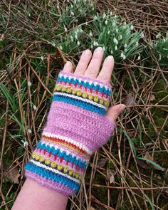 Virkade halvvantar i alpacka och silke. Crocheted mittens in alpacka and silk. #Mittens  #crochetdesign  #vikning  #torgvante  #halvvantar Crochet Mittens, Fingerless Gloves, Arm Warmers, Crocs, Magenta, Studio, Instagram, Crochet Gloves, Fingerless Mitts