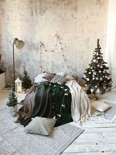 christmas tree themes 32 Beautiful Christmas Tree Ideas For Bedroom Decoration - Wake up to a room full of holiday cheer with the perfect Christmas Themed Bedroom. If you are far from being the old Grinch or Scrooge, than this is t. Small Christmas Trees, Beautiful Christmas Trees, Christmas Tree Themes, Christmas Minis, Christmas Settings, Christmas Photos, Christmas Home, Xmas, Christmas Design