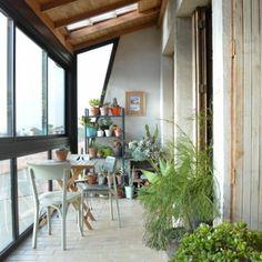 Une salle à manger au milieu des plantes.