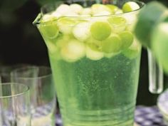 Fruity Drink with Apples and Honeydew Fruity Drinks, Refreshing Drinks, Summer Drinks, Cocktail Drinks, Cocktail Recipes, Cocktails, Drink Recipes, Healthy Recepies, Healthy Smoothies