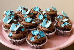 Cupcakes de chocolate con mariposas y flores
