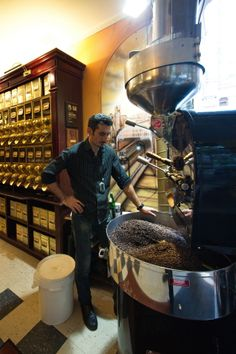 Kaffeeröstung in der Berliner Kaffeerösterei / Roasting coffee Photo: Gregor Anthes