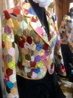 Quilted Bag, Quilted Jacket, Quilted Coats, Hexagon Quilt, Hexagons, Quilted Clothes, 3d Fashion, Glamour, How To Wear