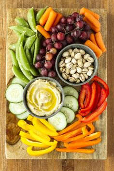 Easy Entertaining Hummus Platter — this simple and easy hummus platter takes le… - Appetizers easy Hummus Platter, Snack Platter, Party Food Platters, Veggie Platters, Snack Box, Crudite Platter Ideas, Tapas Platter, Clean Eating Snacks, Healthy Snacks