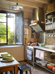 Cocina Mobiliario de acero inoxidable, de Ikea. Mesa, de La Brocante de Ana, y taburete, de Estudio Mikel Larrinaga.