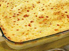Receita de Lasanha de batata . - 800 grs de batatas cortadas em rodelas, e pre cozidas ., 3 peito de frango cosido com cubo de caldo de galinha, 500 grs de queijo musarela fatiado, 500 grs de presunto fatiado, molho branco e molho vermelho