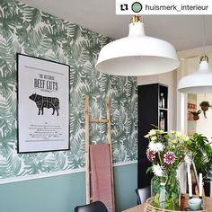 #kwantuminhuis Ben jij een echte plantenliefhebber? Dat mag een mooi botanisch behang niet ontbreken in je interieur! 🌿 @huismerk_interieur koos voor behang BAUKE en wij vinden het prachtig! 😍 #behang #botanisch #plantlover #opdemuur #muurdecoratie #kwantum #kwantum_nederland