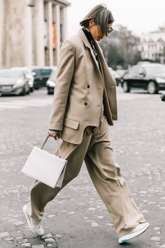 El imprescindible de la primavera: el traje de chaqueta beige