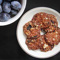 Ovesné sušenky. 2/3 hrnku ovesné vločky, 2/3 hrnku hladké mouky, 1/3 třtinový cukr, 1/3 nasekané vlašské ořechy + semínka,   80g másla, 2 lžíce medu, 2 lžíce vody, 1 lžička jedlé sody, trocha skořice, 2/3 nakrajených rozinek a brusinek. Pečení 15-20 minut na 150°C.