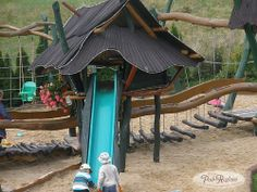 Plac zabaw - zjeżdżalnia i chatka Baby Jagi  http://www.podreglami.pl/atrakcje/plac-zabaw-grill.html