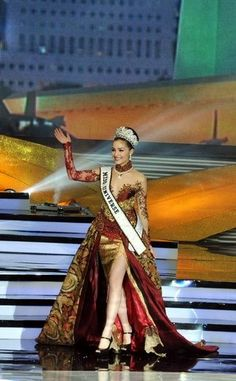 Olivia Culpo Bangga Pakai Kebaya Indonesia - Mode dan Kecantikan di ...