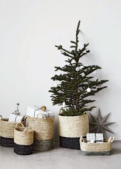 Alternatives ideas and DIY for your Christmas tree skirt. Christmas is coming… and we are so excited about it ! In a few days, you will bring back home your eagerly awaited Christmas tree ! The Christmas tree is the … Noel Christmas, Christmas Is Coming, All Things Christmas, Winter Christmas, Christmas Crafts, Christmas Decorations, Holiday Decor, Simple Christmas, Christmas Baskets