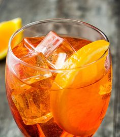 Aperol Spritz recipe: how to make an original Italian Aperol Spritz Aperol Spritz recipe: how to make an original Italian Aperol Spritz. Learn how to make an Aperol Spritz with the original recipe from. Spritz Cocktail, Aperol Spritz Recipe, Cocktail Drinks, Alcoholic Drinks, Beverages, Marilyn Denis Show Recipes, Tranches D'orange, Winter Drink, Sweets