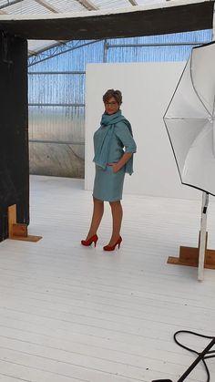 Heute gibt es einen kleinen Einblick in unser Shooting für die Frühlings- und Sommerkollektion. Übrigens: Dieses Kleid passt immer - ob Freizeit oder Business - super Qualität - schwedisches Leinen und passender Schal. WOW! Super, Shirt Dress, Shirts, Dresses, Design, Fashion, Sweden, Linen Fabric, Nice Asses