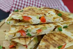 Quesadilla cu pui - CAIETUL CU RETETE Quesadilla, Fajitas, Enchiladas, Sandwiches, Tacos, Ethnic Recipes, Food, Quesadillas, Essen