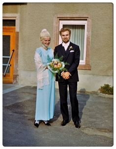 These beautiful photos were found byGilberte that show studio portraits of wedding couples from the Vintage Wedding Photos, Vintage Weddings, Vintage Bridesmaid Dresses, Wedding Dresses, Colored Wedding Dress, Childhood Photos, Studio Portraits, Big Hair, Perfect Body