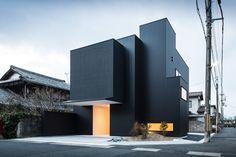 Construido por FORM   Kouichi Kimura Architects en , Japan con fecha 2015. Imagenes por Yoshihiro Asada. El cliente ha solicitado tener un espacio que puede ser utilizado como una galería en la casa, además de un espacio h...