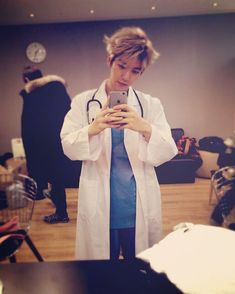 "Beakhyun IG update  Dr.Baekhyun ""Hi :) 미쿡에서왔어효 줴 이룸문 데이비드 썸원콜더 이빈다 ! 그냥 썸원콜더닥터님이라고 불러주세효 !"""