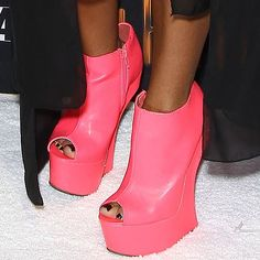 e3b4a3ab2605 Snooki wearing pink heel-less shoes