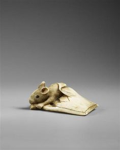 Netsuke: Outgoing mouse, author: Haruoku Schno Edo period Japan (original) inscribed - carved ivory DIMENSIONS: Height: 0017 m/Width: m Art Chinois, Art Asiatique, Art Japonais, Japanese Characters, Japan Art, Ivoire, Wood Carving, Sculpting, Oriental
