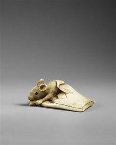 Netsuke : souris sortant d'un sac en papier auteur : Haruoku Schnô époque Edo (1603-1868) ivoire gravé et sculpté Japon