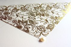 Detalhes de convite para casamento. #convite #invitation #renda #dourado #gold #pearl #perola #wedding #casamento