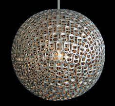 Luminária feita de lacres de latas de metal reutilizadas.