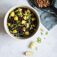 jeśli w sałatkę zamieszane jest mango, szparagi, awokado, limonka oraz czarny ryż, musi być całkiem pysznie 🤩💚 przepis do lekkiej, ale sytej zarazem sałatki w opisie @zielonysrodek 🥑 🥑 🥑 🥑 #szparagizielone #mango #awokado #yummy #food #saladas #foodporn #healthyfood #salad #lunchbox #sałatka #foodie #instafood #lunchideas #zdrowejedzenie #kolacja #lunchset #fit #lunch #zdrowo #salatka #healthy #wiemcojem #delicious #salade #luncheon #lunching #lunchtime #salads Cantaloupe, Food And Drink, Beef, Fruit, Vegetables, Cooking, Ethnic Recipes, Desserts, Lunch