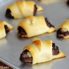 French Dip Cresent Rolls- made these today with leftover roast beef from one of this week's dinners. Rolled Roast Beef, Sliced Roast Beef, Roast Beef Roll Ups, Sauce Champagne, Sauce Française, French Dip Crescents, French Dip Recipes, Roast Beef Sandwiches, Crescent Roll Recipes