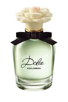 Dolce, de Dolce & Gabbana. Nueva y primaveral fragancia de la casa que hace honor a su nombre, 'dulce' en castellano. Se trata de una mezcla de flores blancas en las que destaca la frescura del nerolí y el exótico toque de la flor de papaya en la salida. El corazón es un ramillete floral más intenso con lilas blancas y el fondo es cálido, una combinación de musk, cashmere y maderas ligeras.