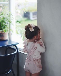 When you're playing hide and seek with your big brother 🌿 - Motherhood // Family Moments - Baby Girl Fashion, Toddler Fashion, Toddler Outfits, Kids Fashion, Cute Kids Outfits, Kid Outfits, Korean Fashion, My Baby Girl, Baby Love