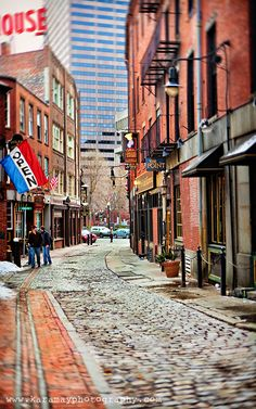 Boston! At the end of this alley is the Union Oyster House! Best clam chowdah of my life. Feeling home sick for Boston <3