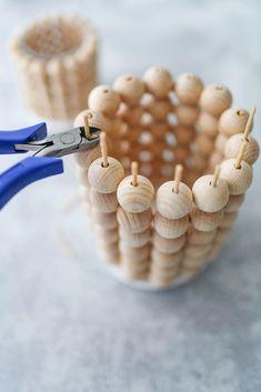 Scandi-Style: DIY-Windlichter aus Holzkugeln – Sinnenrausch - Der kreative DIY Blog für Wohnsinnige und Selbermacher Diy Blog, Beaded Bracelets, Deco, Product Ideas, Plant Pots, Bricolage, Pearl Bracelets, Decor, Deko