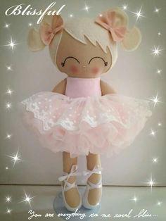 Manière simple de confectionner la chevelure d'une poupée : la façonner avec du feutre, à la manière d'un bonnet.