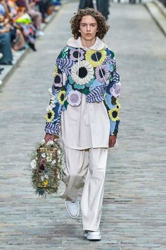 Louis Vuitton Spring 2020 Menswear Fashion Show Collection: See the complete Louis Vuitton Spring 2020 Menswear collection. Look 45 Fashion Week, Fashion 2020, Runway Fashion, High Fashion, Mens Fashion, Fashion Trends, Fashion Styles, Paris Fashion, Knitwear Fashion
