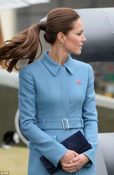 Side to side for Kate - ponytail - princess - kate middleton - love this coat! Love her style Kate. Prince William And Catherine, William Kate, Princesse Kate Middleton, Mode Lolita, Princesa Kate, Kate Middleton Style, Tips Belleza, Royal Fashion, Duke And Duchess
