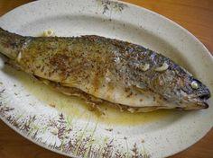 Pstruha omyjeme, osolíme i vevnitř, pořádně posypu drceným kmínem, přidám nakrájený česnek, podliji vodou a na povrch ryby dám plátky másla.... Seafood, Cooking Recipes, Fish, Chicken, Baking, Ethnic Recipes, Sweets, Sea Food, Cooker Recipes