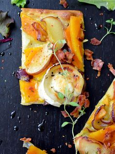 Pumpkin Flatbread with goat cheese, caramelized apples and crispy bacon. Sweet and salty autumn recipe