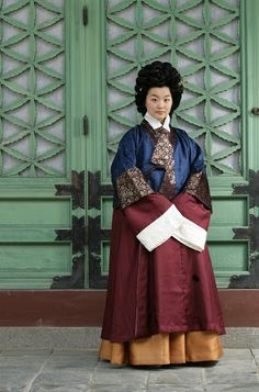 """Reconstruction of 16th century women's dress, from the Cheongju Han tomb, featuring a hoejangjeogori from """"조선시대 우리 옷의 멋과 유행"""". At the Google Cultural Institute."""