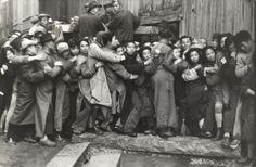 Cartier-Bresson. Multitud esperando delante de un banco para sacar el oro.