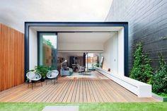 idées de terrasse et jardin sol en bois et chaises en fer