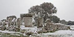 Mucho se ha dicho de los megalitos prehistóricos que pueblan Menorca, convirtiéndola en un auténtico museo al aire libre. Mucho se ha dicho y escrito y a poco consenso se ha llegado, salvo en lo ...